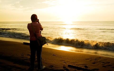 海岸邊經常聚集不少拍日出的人群。