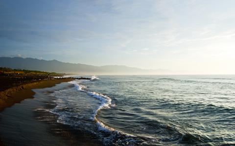 南北的海岸線都相當長,清晨時的海面時常會有霧氣,整個畫面由許多線條構成。