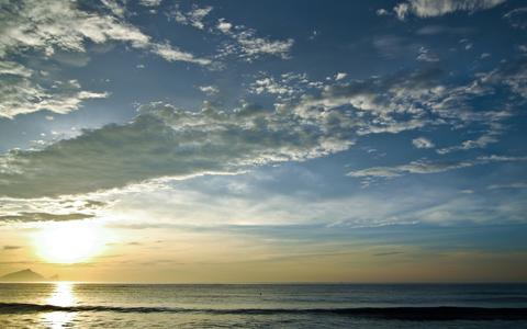在颱風來臨前後,日出時天空的雲層常會出現所謂的大景,會有相當壯麗的雲。